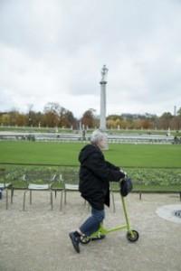 L'inventeur Jacques Blosseville sur un déambulateurs Wellpedy Walk